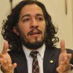 Conselho de Ética aprova censura contra deputado Jean Wyllys por cuspir em Bolsonaro