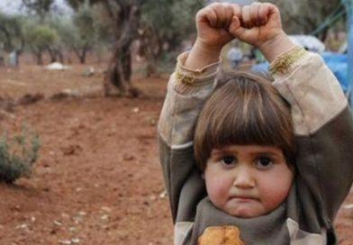Menina síria se rende ao confundir câmera fotográfica com um rifle